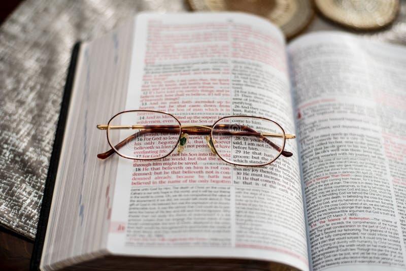John 3:16scripture med läs- förstoringsglas royaltyfria bilder