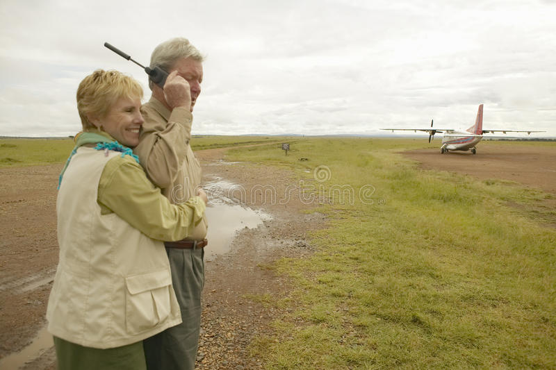 John Taft robi rozmowie telefonicza na Satelitarnym telefonie w Kenja Afryka i melodia zdjęcia royalty free