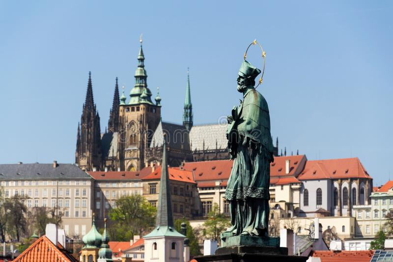 John van Nepomuk, Charles Bridge, het Kasteel van Praag, St Vitus Cathedral stock afbeelding