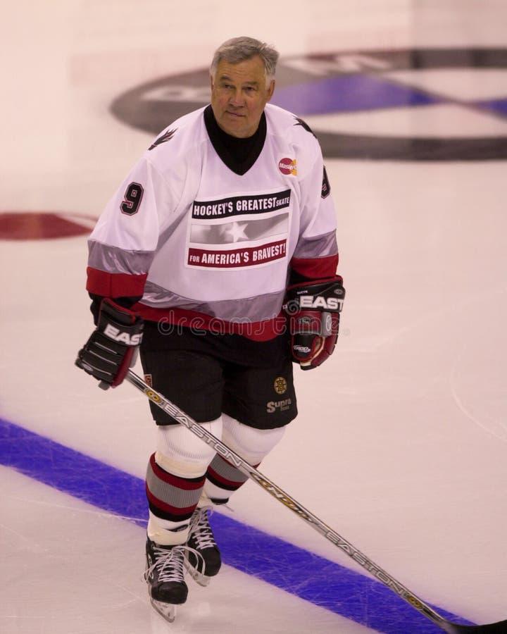 Johnny Bucyk lekar i en välgörenhethockeylek royaltyfri foto