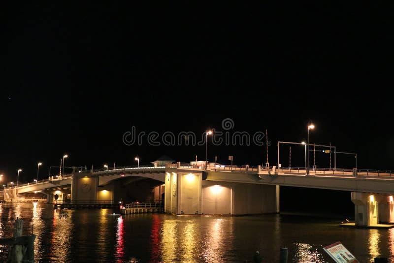 Johns passerandebro i Florida på nattetid arkivbild