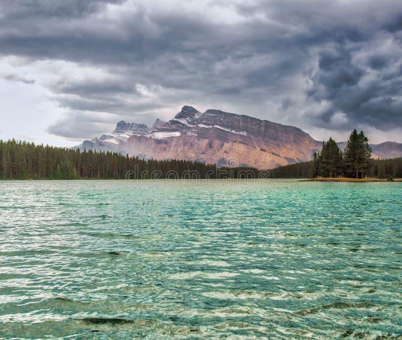 Johnson Lake, Banff, Kanadier Rocky Mountains lizenzfreie stockfotografie
