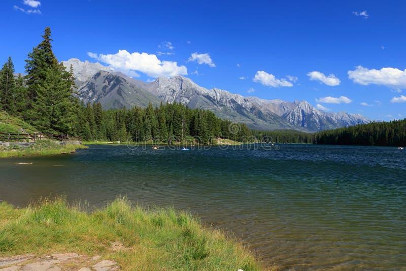 Johnson Lake su Windy Afternoon, parco nazionale di Banff, Alberta immagini stock