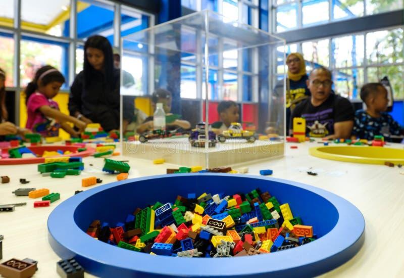 Johor Bahru, Malasia 18 DE NOVIEMBRE DE 2018: la gente juega lego en parque temático del legoland fotografía de archivo