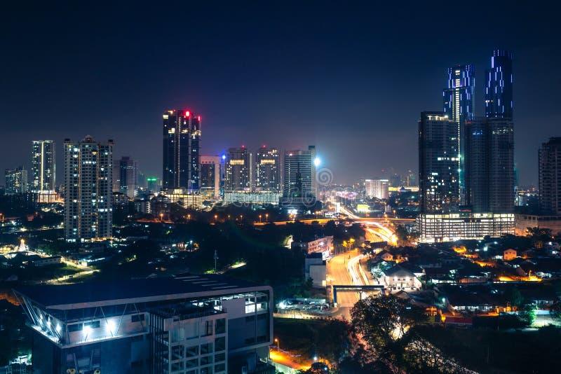 Johor Bahru, Malezja w nocy Malezyjskie miasto z ruchem drogowym na autostradach oraz nowoczesnymi budynkami biznesowymi i hotela zdjęcie stock