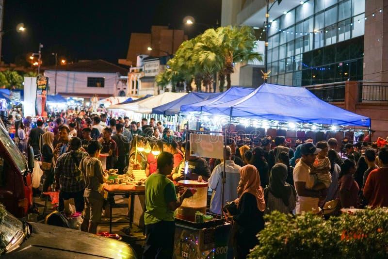 JOHOR MALAYSIA - FEBRUARI 2019: Gataplats av massivepeople på den Pasar karaten eller marknaden för bilkängaförsäljning under kin arkivbild
