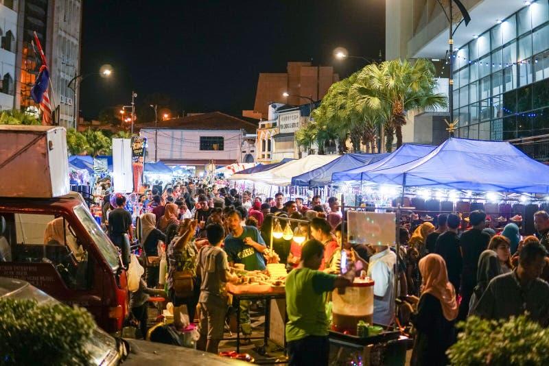 JOHOR MALAYSIA - FEBRUARI 2019: Gataplats av massivepeople på den Pasar karaten eller marknaden för bilkängaförsäljning under kin royaltyfri fotografi