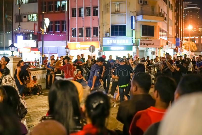 JOHOR MALAYSIA - FEBRUARI 2019: Gataplats av massivepeople på den Pasar karaten eller marknaden för bilkängaförsäljning under kin royaltyfria foton
