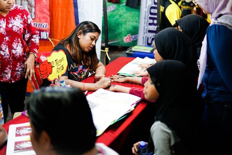 JOHOR MALAYSIA - FEBRUARI 2019: Gataplats av massivepeople på den Pasar karaten eller marknaden för bilkängaförsäljning under kin arkivfoto