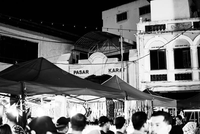 JOHOR MALAYSIA - FEBRUARI 2019: Gataplats av massivepeople på den Pasar karaten eller marknaden för bilkängaförsäljning under kin fotografering för bildbyråer