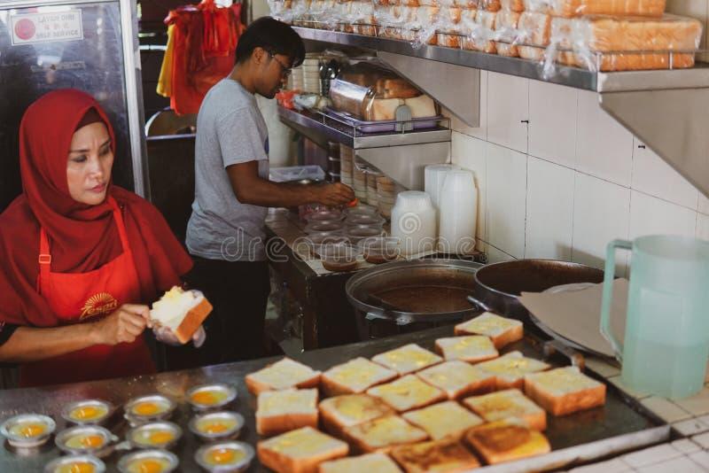 JOHOR, MALEISIË - FEBRUARI 2019: Arbeiders die de orde van de kacangpool voorbereiden bij de beroemde Kacang-Pool Haji in Medan S stock foto