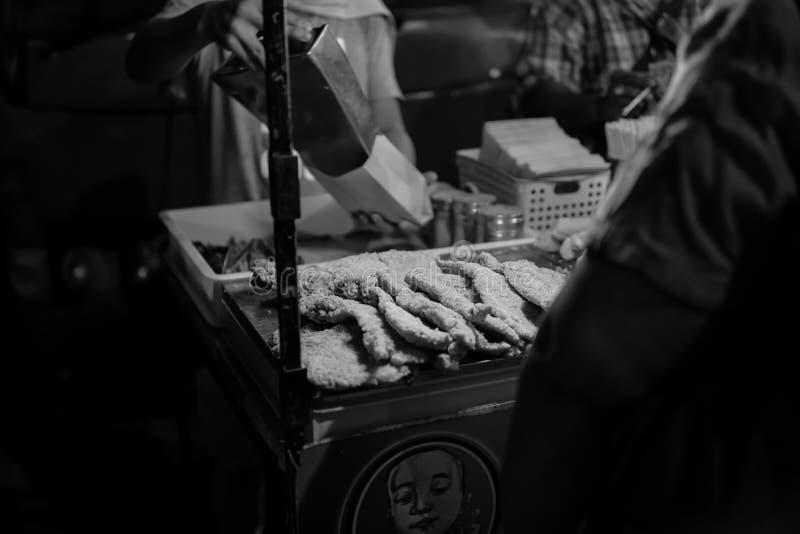 JOHOR, MALEISIË - FEBRUARI 2019: Straatscène van massivepeople in Pasar Karat of de verkoopmarkt van de autolaars tijdens Chinees royalty-vrije stock fotografie