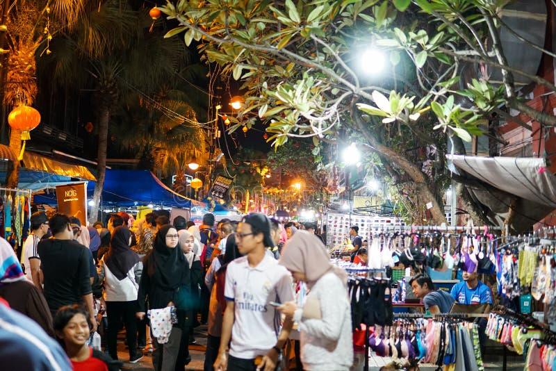JOHOR, MALEISIË - FEBRUARI 2019: Straatscène van massivepeople in Pasar Karat of de verkoopmarkt van de autolaars tijdens Chinees stock foto