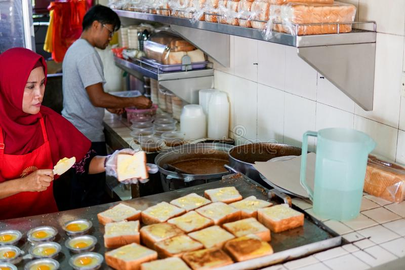 JOHOR MALEZJA, LUTY, - 2019: Pracownicy przygotowywa kacang basenu rozkaz przy sławnym Kacang basenu Haji w Medan Seler Bomba fotografia royalty free