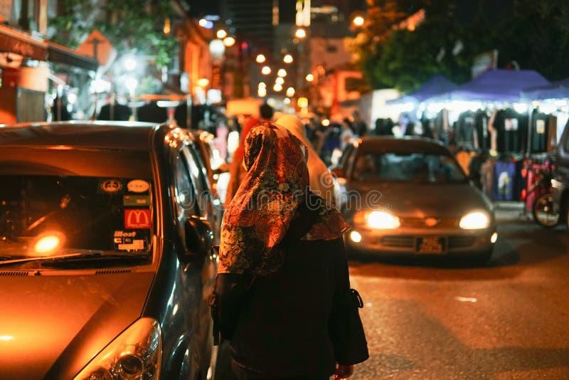 JOHOR MALEZJA, LUTY, - 2019: Uliczna scena massivepeople przy Pasar Karat lub samochodowy but sprzedaży rynek podczas chińskiego  zdjęcie royalty free