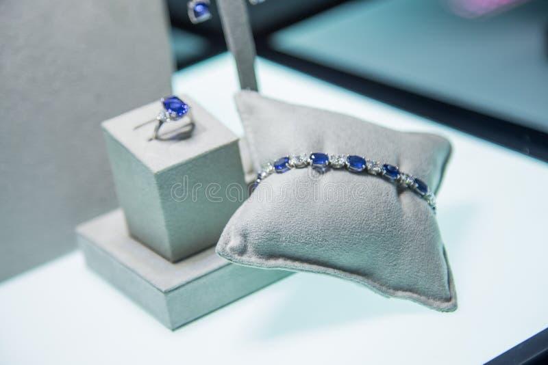 Joia ajustada com as pedras azuis preciosas: bracelete, brincos e anel foto de stock royalty free
