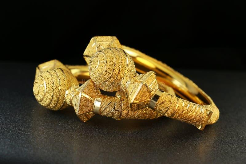 Joia da pulseira do ouro fotografia de stock