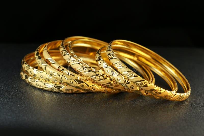 Joia da pulseira do ouro imagens de stock