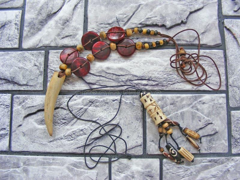 A joia de madeira feito à mão do shell e do osso/de madeira africanos handcraft colares da textura da joia/coleção do ethno fotografia de stock
