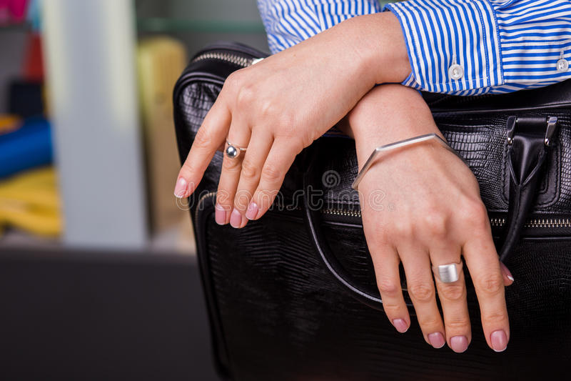 A joia de prata bonita nas mãos das mulheres fecha-se acima imagem de stock