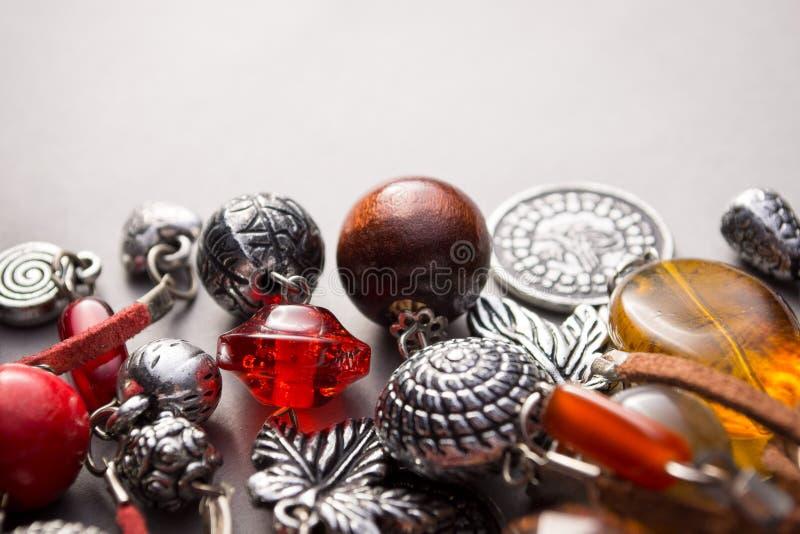 Joia do artesão com encantos de prata e grânulos imagem de stock