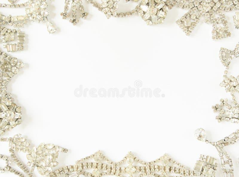 Joia do ` s da mulher Quadro com joia velha do vintage Colar e brincos claros bonitos do cristal de rocha no branco Configuração  fotografia de stock