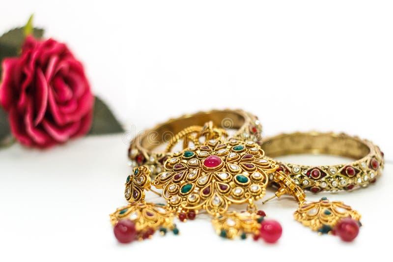 Joia dourada com Rosa e a pedra vermelha imagem de stock