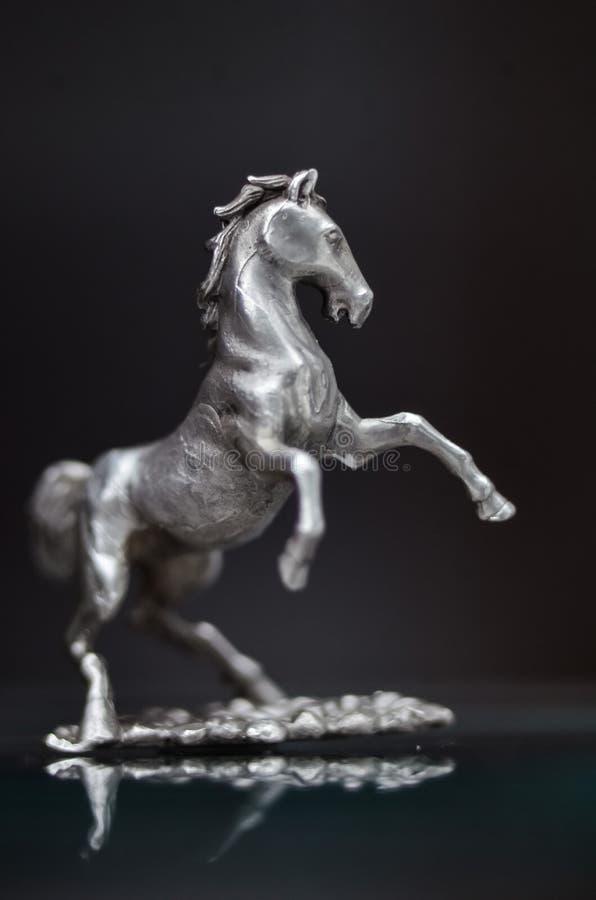 Joia, estatueta de prata de cavalos de galope o garanhão diminuto da escultura do metal elevou acima imagem de stock
