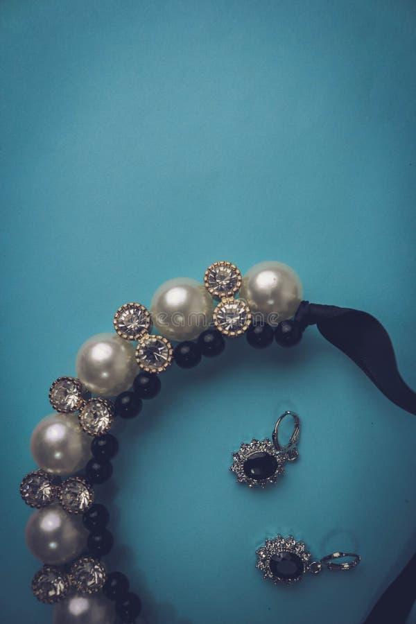 Joia glamoroso elegante, colar e brincos da joia brilhante preciosa cara bonita com pérolas e diamantes fotos de stock royalty free