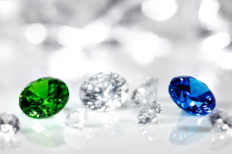 Joia lustradas, diamante, safira azul e corte esmeralda, brilhante verde foto de stock