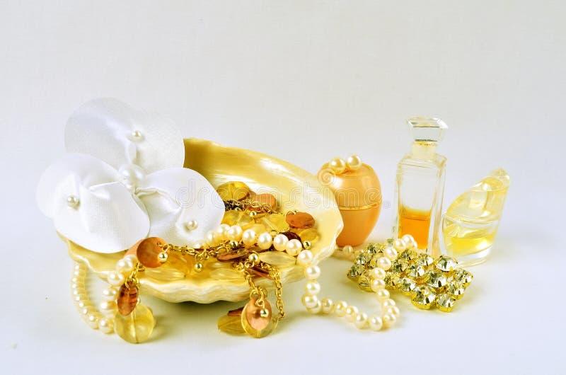 A joia, os perfumes e os cosméticos das mulheres imagens de stock