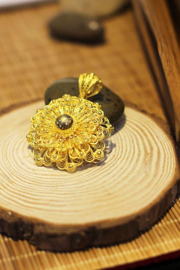 A joia pura do ouro foto de stock