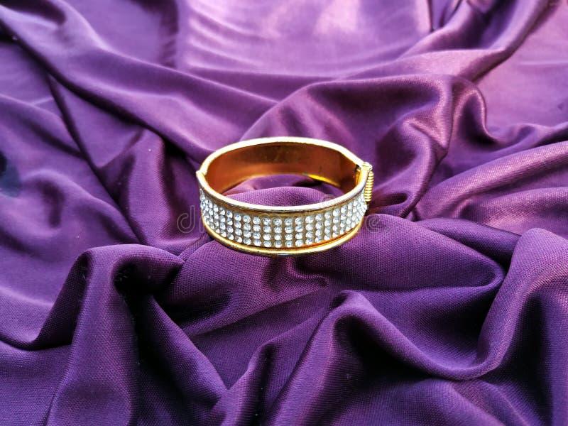 Joia tradicional indiana do casamento na violeta imagem de stock