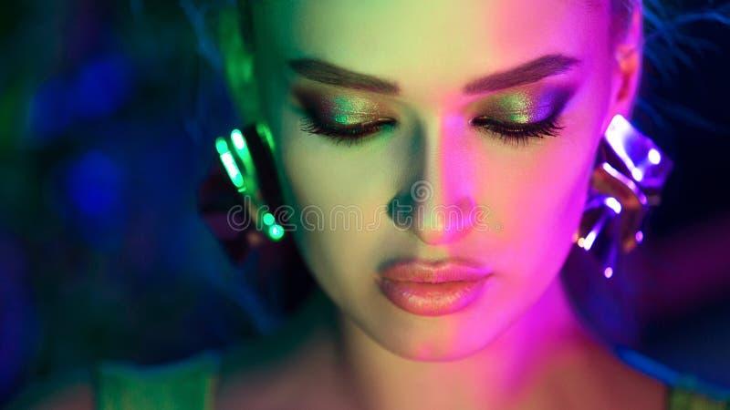 Joia vestindo da mulher em luzes brilhantes coloridas fotografia de stock