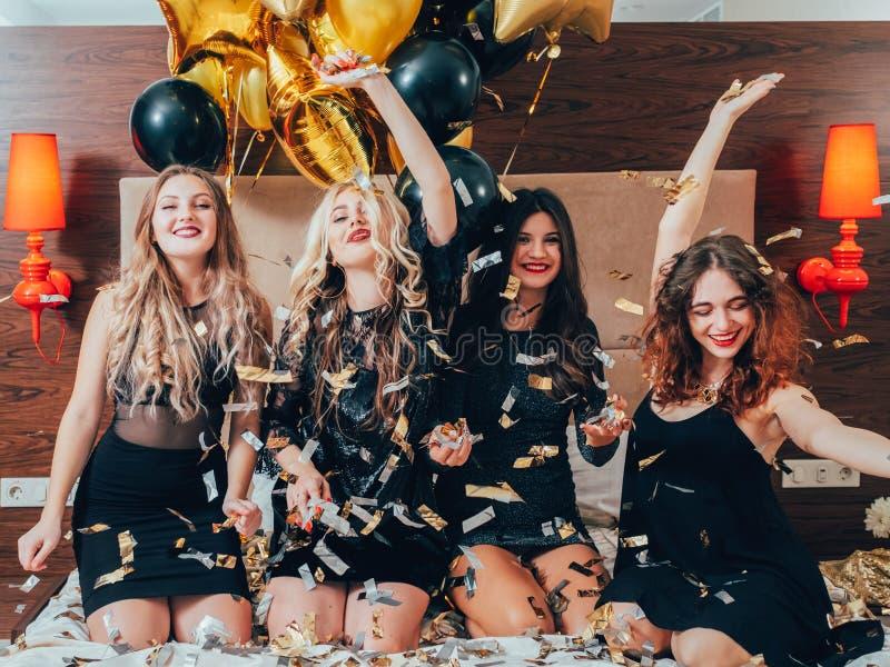 Joie de confettis de lit de loisirs de partie de nuit de femmes photos stock