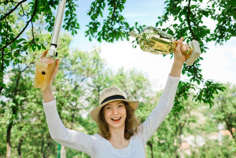Joie de gagnant, jeune tireur posant avec le pistolet d'air images stock
