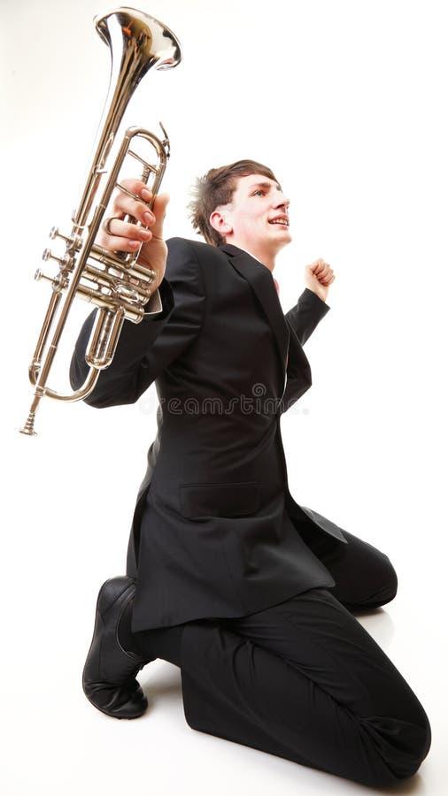 Joie de jeune homme, allégresse et sa trompette photo libre de droits