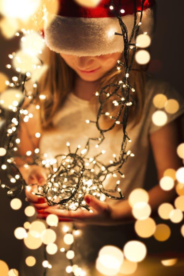 Joie du ` s d'enfants des lumières de Noël photo libre de droits