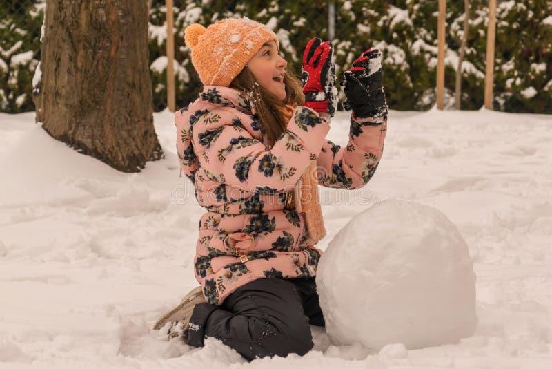 Joie et amusement d'hiver Fille et une grande boule de neige photo stock