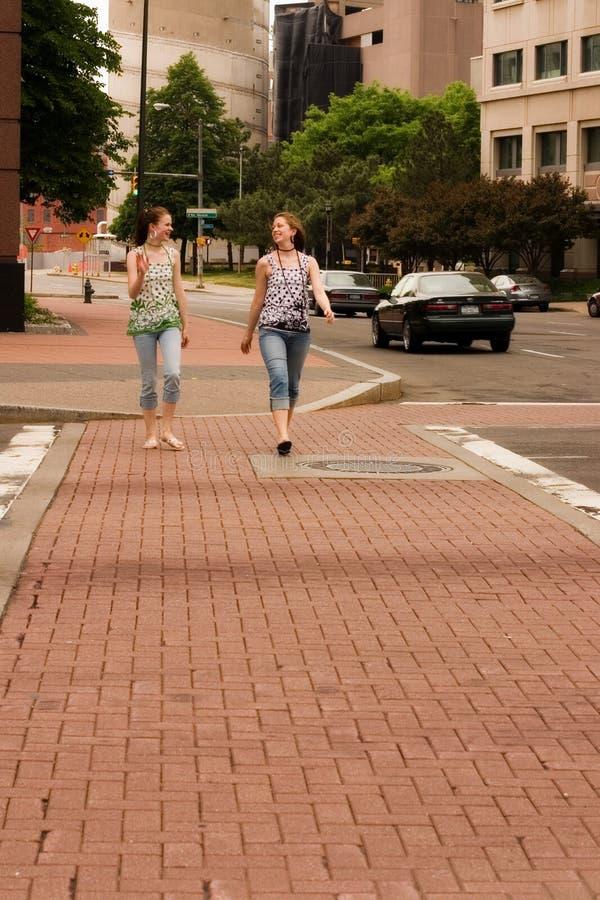 Joie sur une rue de ville images libres de droits