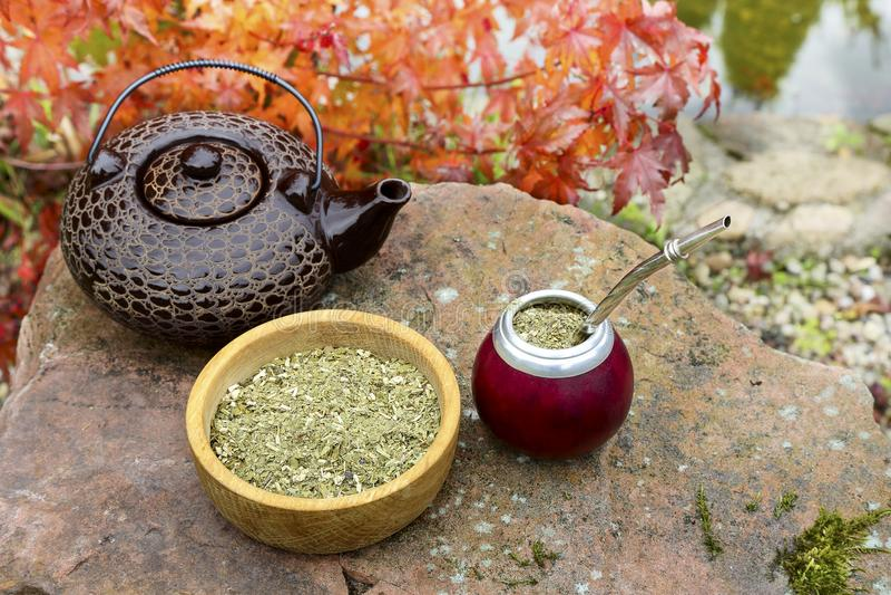 Joignez le thé dans une calebasse sur une table en pierre dans le jardin photographie stock