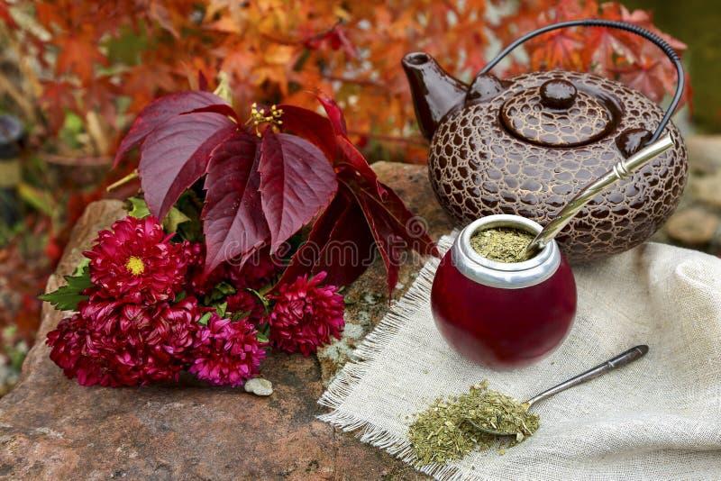Joignez le thé dans une calebasse sur une table en pierre dans le jardin photo stock