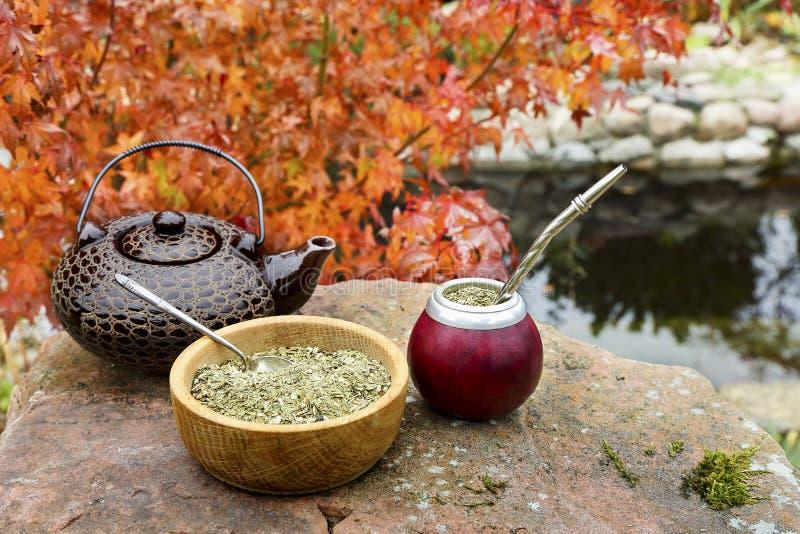Joignez le thé dans une calebasse sur une table en pierre dans le jardin photo libre de droits