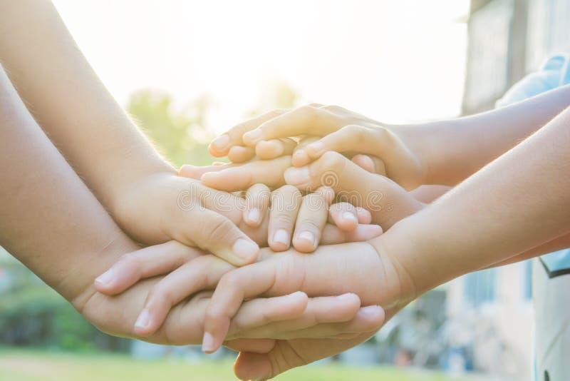 Joignez les mains folâtrant les enfants locaux images libres de droits