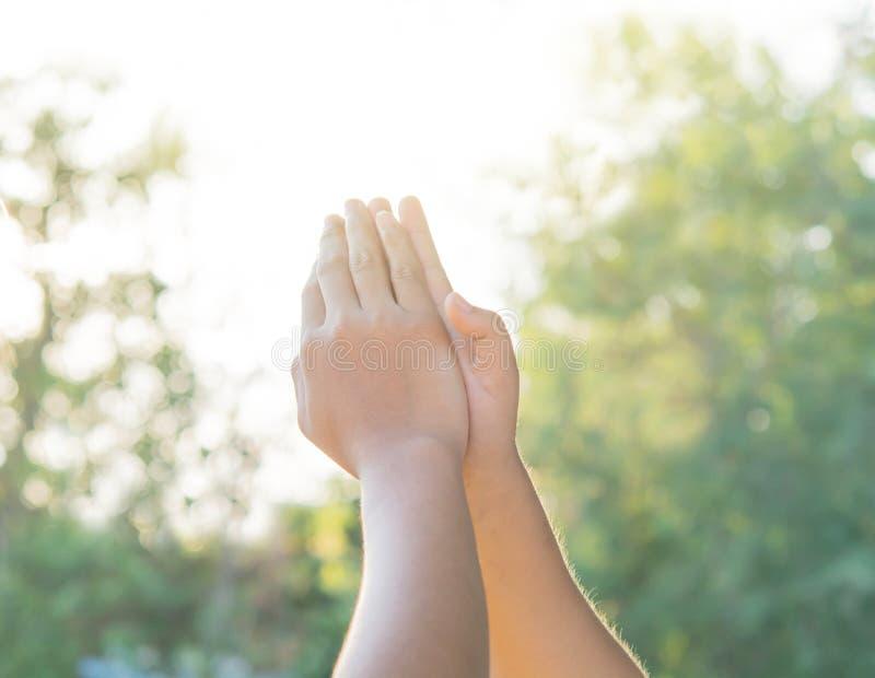 Joignez les mains folâtrant les enfants locaux images stock