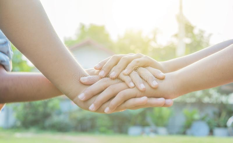 Joignez les mains folâtrant les enfants locaux en nature image libre de droits