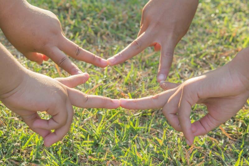 Joignez les mains folâtrant les enfants locaux en nature photos libres de droits