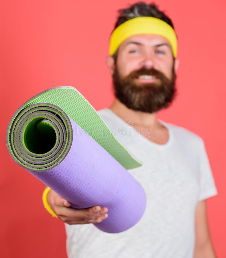 Joignez mon programme s'étendant Concept d'étirage et de pilates Entraîneur de sport d'athlète Tapis barbu de forme physique de p photos stock