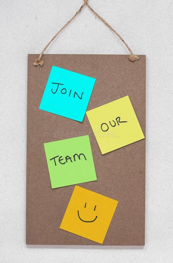 Joignez notre équipe, texte écrit sur les notes collantes colorées sur un panneau d'affichage en bois image stock