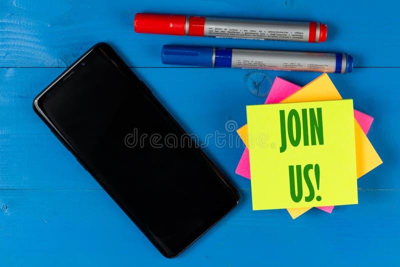 Joignez-nous concept des textes sur le papier de bloc avec le téléphone portable avec l'écran noir vide pour l'espace de copie photographie stock